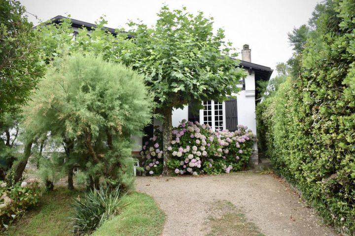Casas da Fazenda Boa Vista: imóvel com a fachada decorada com muito verde
