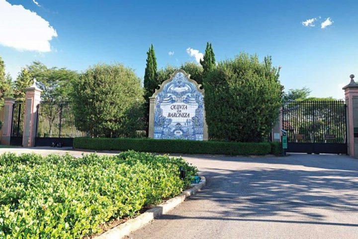 Painel de azulejos que sinaliza a entrada da Quinta da Baroneza