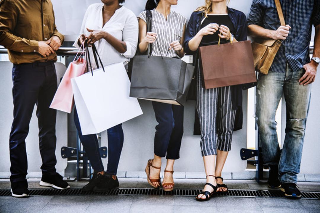 Atrações: pessoas com sacolas de compras