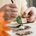 Estado de Alagoas: folha de madeira sendo pintada à mão