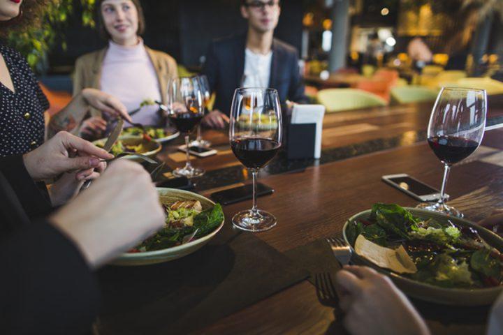 Gastronomia e arte: pessoas sentadas jantando