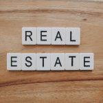 """Mercado imobiliário: imagem com frase """"real estate"""""""