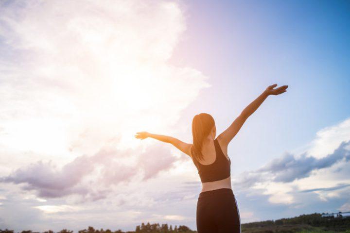 Especialidades: mulher feliz de braços estendidos para o céu