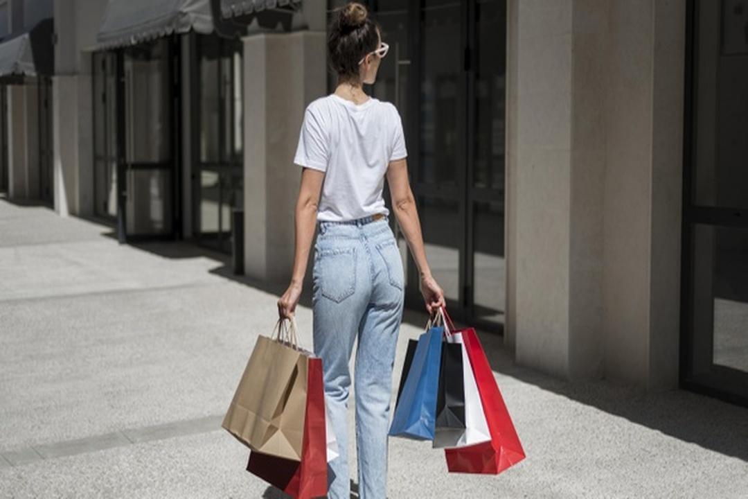 Mulher carregando sacolas de compras
