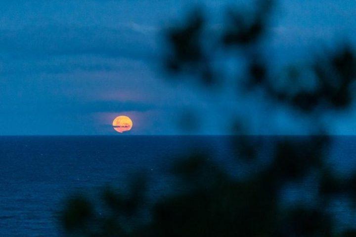 Nascer da lua no mar de querido Trancoso