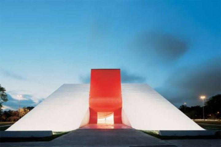 Fachada do Auditório do Ibirapuera: em formato triangular na cor branca e vermelha