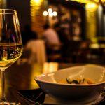 Melhores restaurantes: taça de bebida e prato de comida