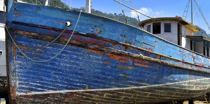 Angra dos Reis: imagem mostra embarcação Loretti, parada em terra firme.