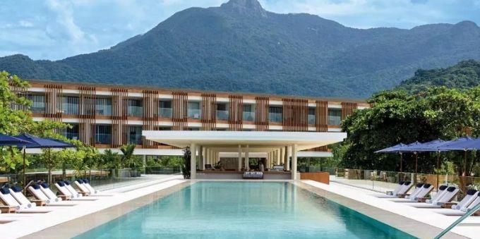 imagem diurna mostra área da piscina, no hotel Fasano, em Angra dos Reis