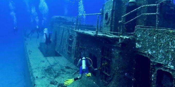 Angra dos Reis: imagem do fundo do mar mostra mergulhador ao lado de navio naufragado