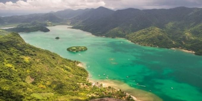 Imagem aérea mostra, em Angra dos Reis, o ponto turístico Saco de Mamanguá
