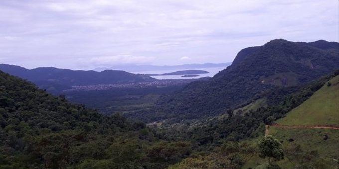 Angra dos Reis: imagem ampla e aberta mostra colinas e montanhas