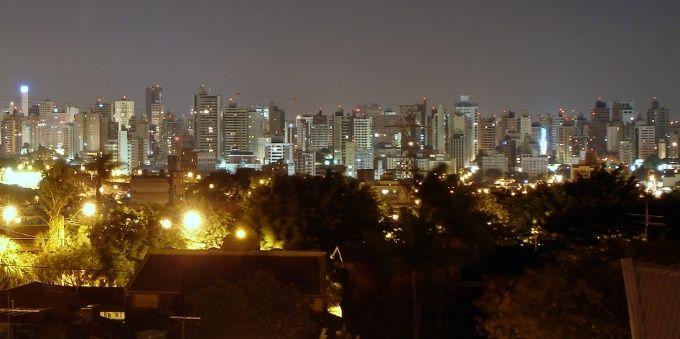 Interior de São Paulo: vista aérea de prédios de Campinas de noite
