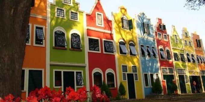 Interior de Sao Paulo: casas coloridas, uma ao lado da outra, na cidade de Holambra