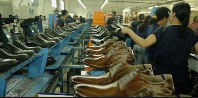 Interior de São Paulo: imagem interna de fábrica em Franca mostra sapatos enfileirados