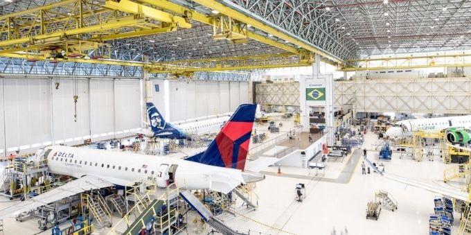 Interior de São Paulo: imagem interna da fábrica da Embraer mostra aviões e funcionários