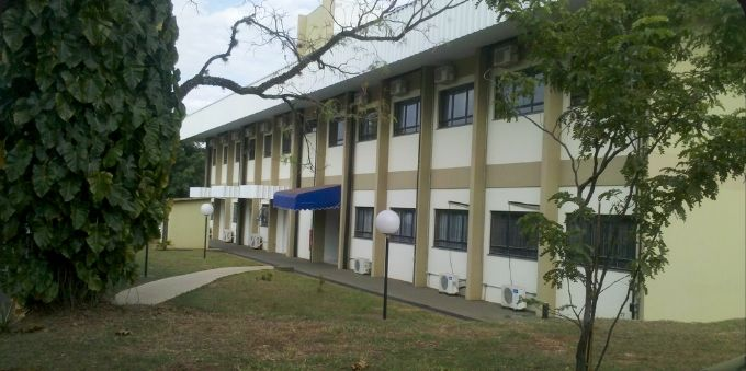 Imagem mostra prédio de departamento de engenharia elétrica da Unesp de Bauru, no interior de São Paulo