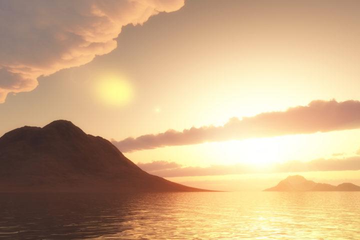 Lugares mais bonitos em Angra: imagem mostra mar e montanha refletidas sob a luz do sol