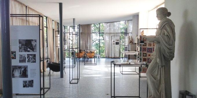 Imagem interna mostra exposição dentro da Casa de Vidro, no Morumbi