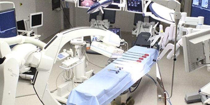 Imagem interna de centro cirúrgico mostra maca e equipamentos no Hospital Albert Eintein, no Morumbi