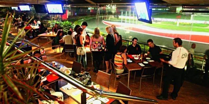 Morumbi e arredores: imagem do Santo Paulo Bar mostra pessoas no ambiente interno