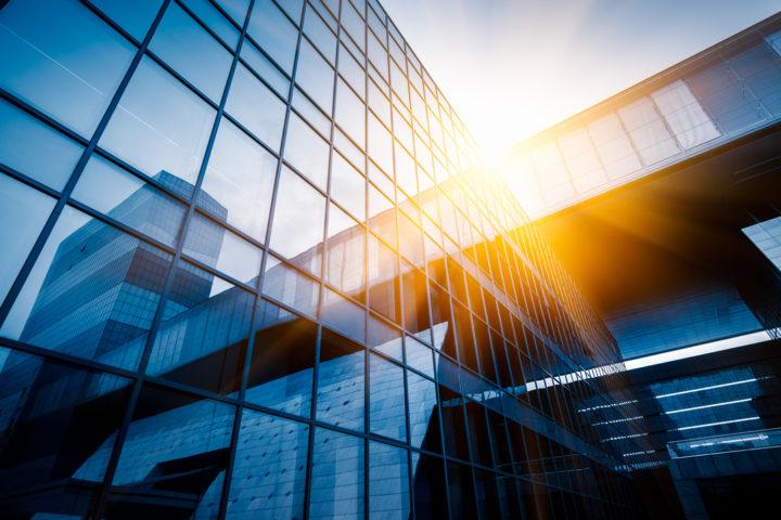 O interior de São Paulo é puro business: imagem de prédio comercial espelhado com raio de sol refletindo sobre ele