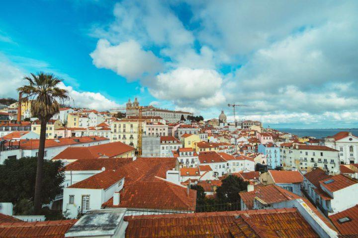 Bairros de Lisboa: imagem mostra muitas casas próximas, do ponto de vista do telhado