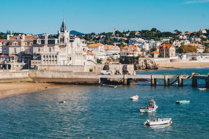 Cascais, Sintra e Estoril: imagem de casas e prédios típicos de Portugal, na beira de Cascais