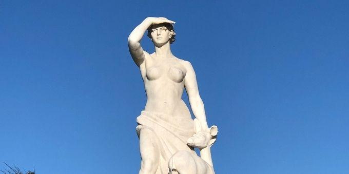 Pequena Lisboa: imagem mostra estátua de concreto em que mulher pousa a mão sobre os olhos