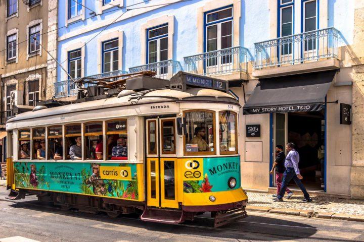 Imagem bondinho passa por rua em Lisboa