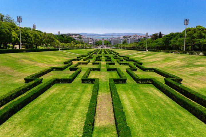 Cidade verde: imagem da vista de jardim desenhado em formas, no Parque Eduardo VII, em Lisboa