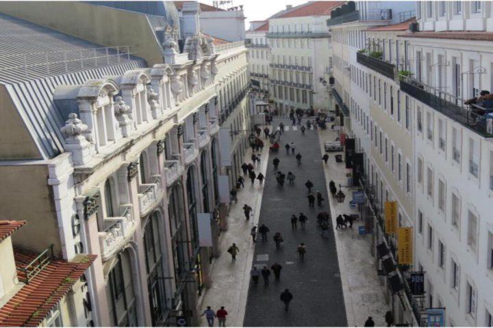 Minha Lisboa: imagem com a visão alta, rua de Lisboa com pessoas andando pelo centro