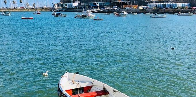 Imagem a céu aberto da água do Cascais, com barcos, em Lisboa