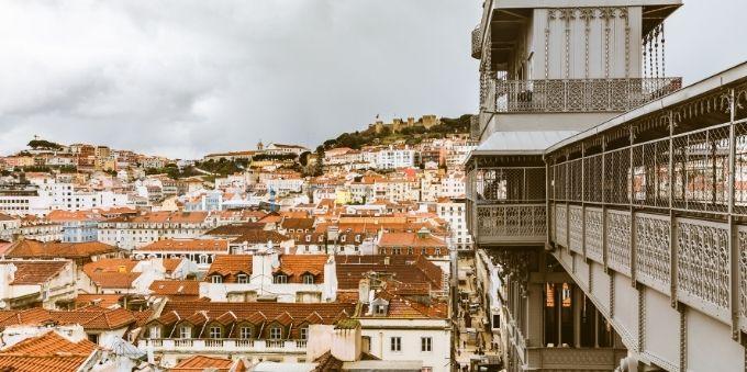 Imagem mostra visão panorâmica de Lisboa, a partir do elevador Santa Justa