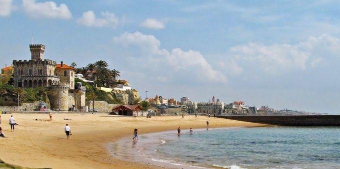Imagem diurna mostra orla da baía do Estoril, em Lisboa