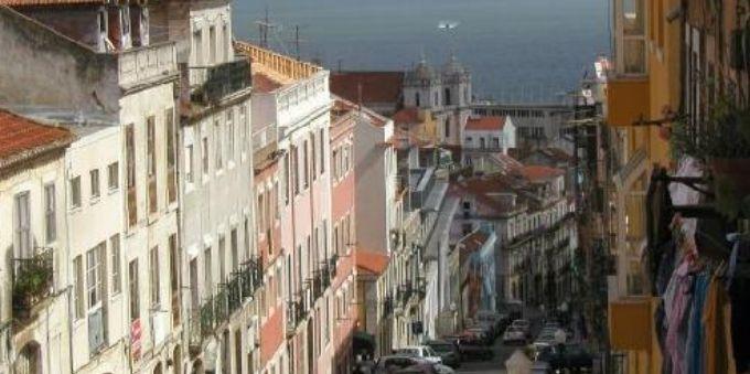 Imagem aberta mostra casas e prédios típicos no bairro da Lapa, em Lisboa