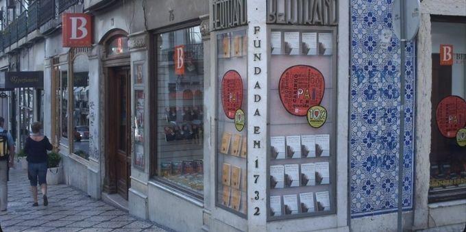 Imagem diurna mostra livraria Bertrand na esquina da pequena Lisboa