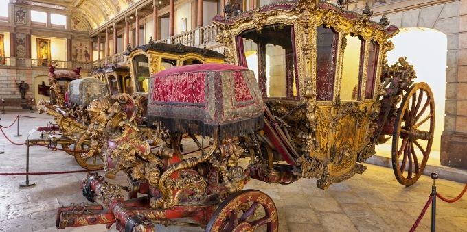 Imagem interna mostra carruagem fechada (coche) dentro do Museu dos Coches, em Lisboa
