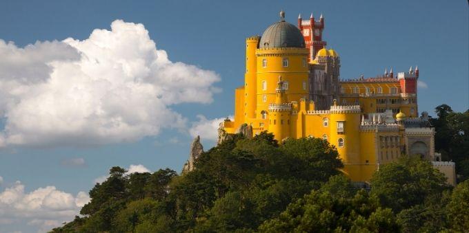 Imagem aberta do Palácio da Pena, em Lisboa, no alto de montanha a céu aberto