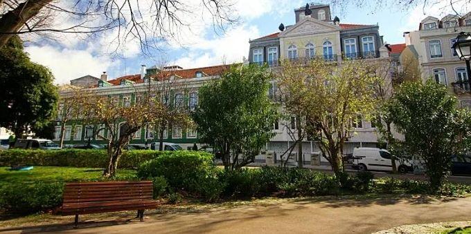 Imagem externa prédios clássicos no bairro Príncipe Real. em Lisboa, com banco na frente