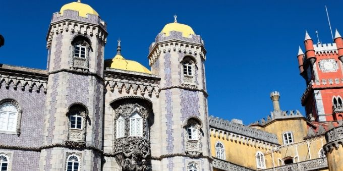 Imagem mostra parte do Palácio da Pena, em Sintra, na pequena Lisboa