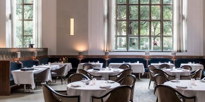 Nova York: imagem interna de restaurante mostra o lugar vazio, com mesas arrumadas e janela aberta
