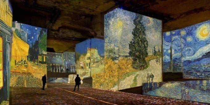 Nova York: imagem de mostra imersiva das obras de Van Gogh. Todas as paredes contam com obras do artista