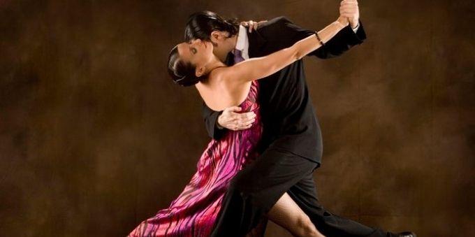 Buenos Aires: imagem homem e mulher dançando tango