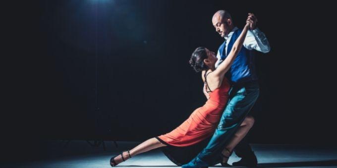 Buenos Aires: imagem homem e mulher parados em pose de tango