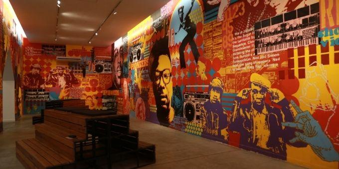 Buenos Aires: imagem interna de sala no Centro Cultural Recoleta, mostra parede colorida com grafias