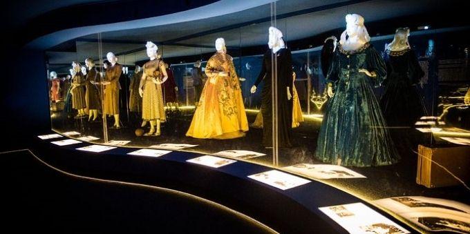 Imagem interna de sala, no Museu Evita em Buenos Aires, mostra vestidos luxuosos de realiza expostos