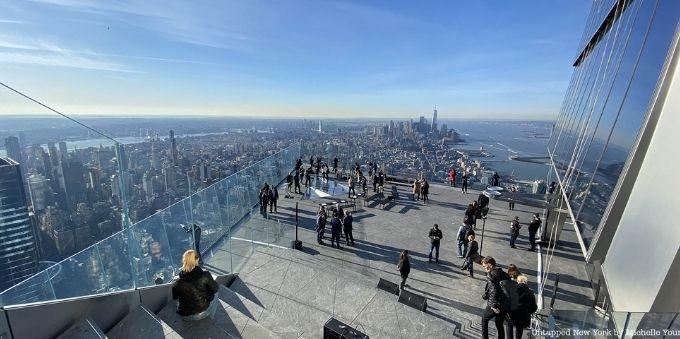 Nova York: imagem de terraço com várias pessoas apreciando vista para cidade
