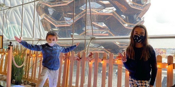 Imagem mostra crianças no espaço Hudson Yard posando para foto