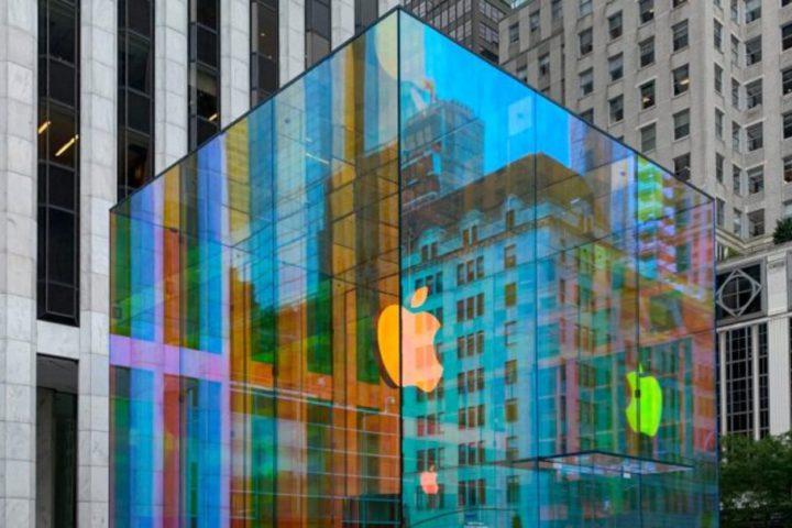 Lojas em Nova York: imagem de cubo transparente, refletindo luzes e com símbolo da Apple no centro